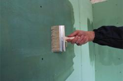 Прежде чем начинать наносить штукатурку, необходимо очистить поверхность и нанести грунтовку.