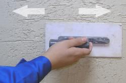 Штукатурка наносится на подготовленную поверхность с помощью шпателя или кельмы в том направлении, в котором хотите получить рисунок.