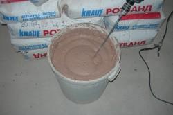 Для приготовления декоративной штукатурки необходимо смешать сухую шпаклевку и воду, затем размешивать миксером до консистенции густой сметаны.
